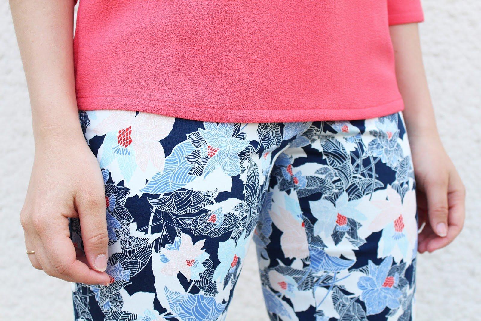 Détail pantalon fleurs bleues