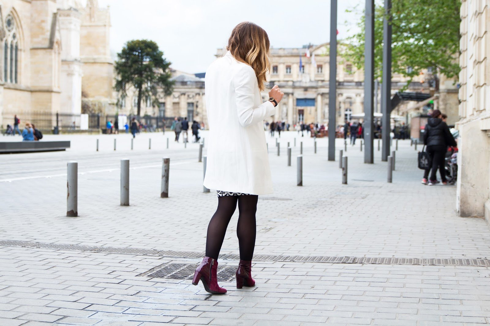 veste blanche jupe graphique chic