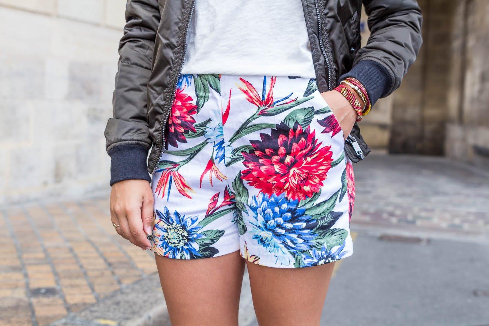 short imprimé fleurs tropicales