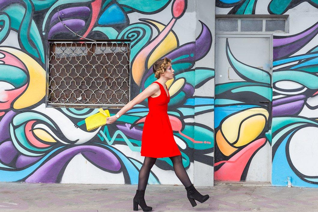 Robe rouge et sac jaune