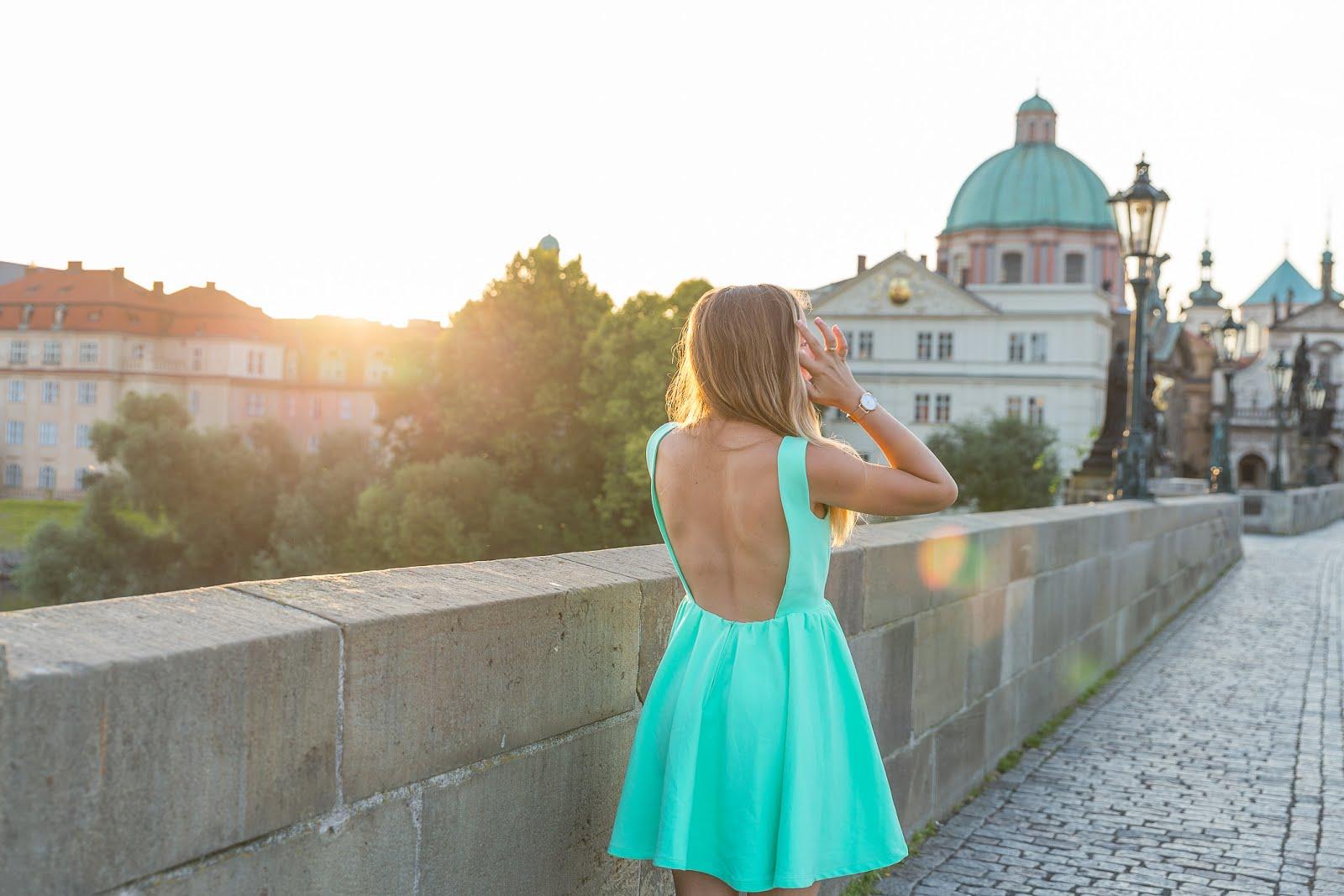 robe dos nu pour l'été à Prague