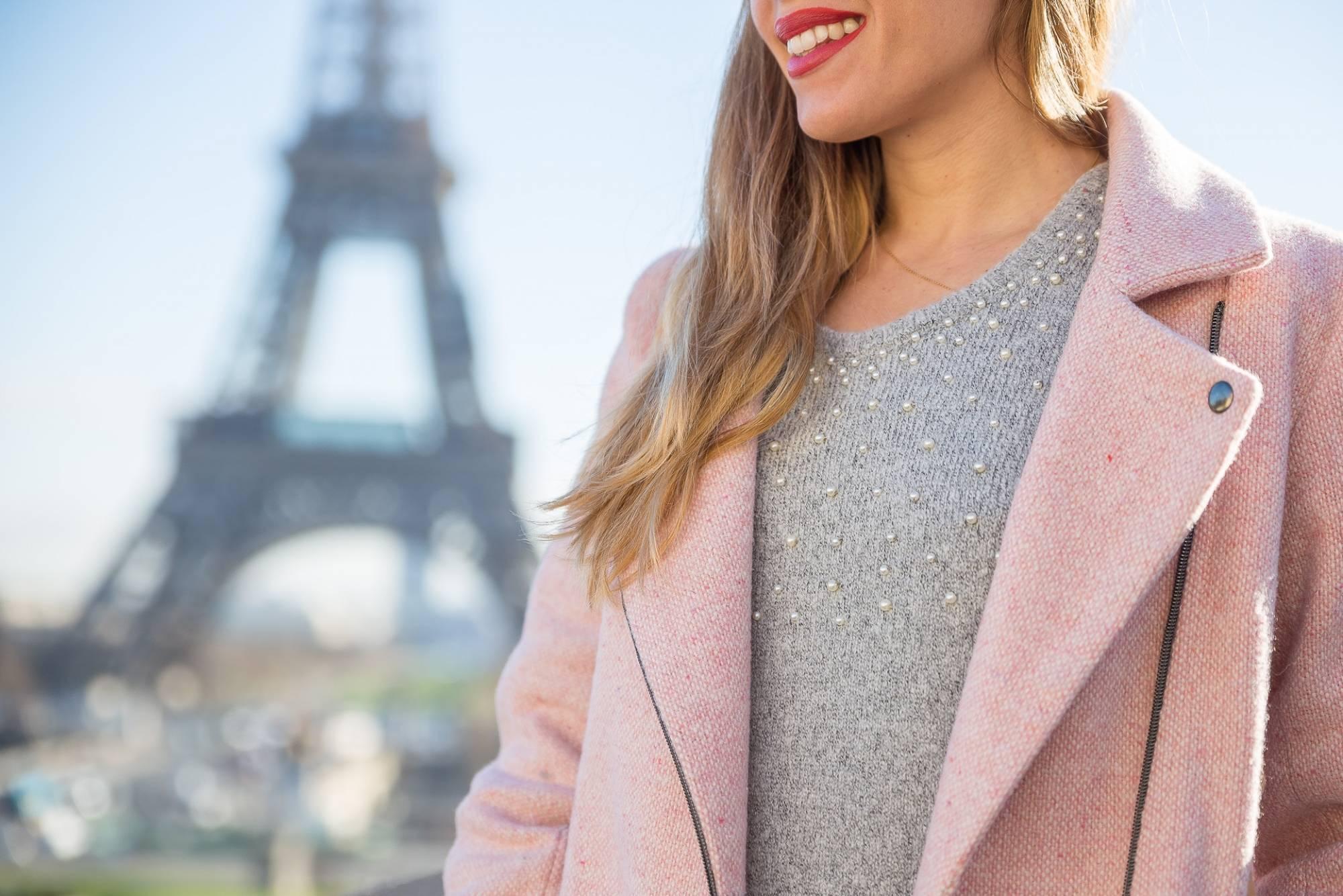 Détails pull gris et manteau rose
