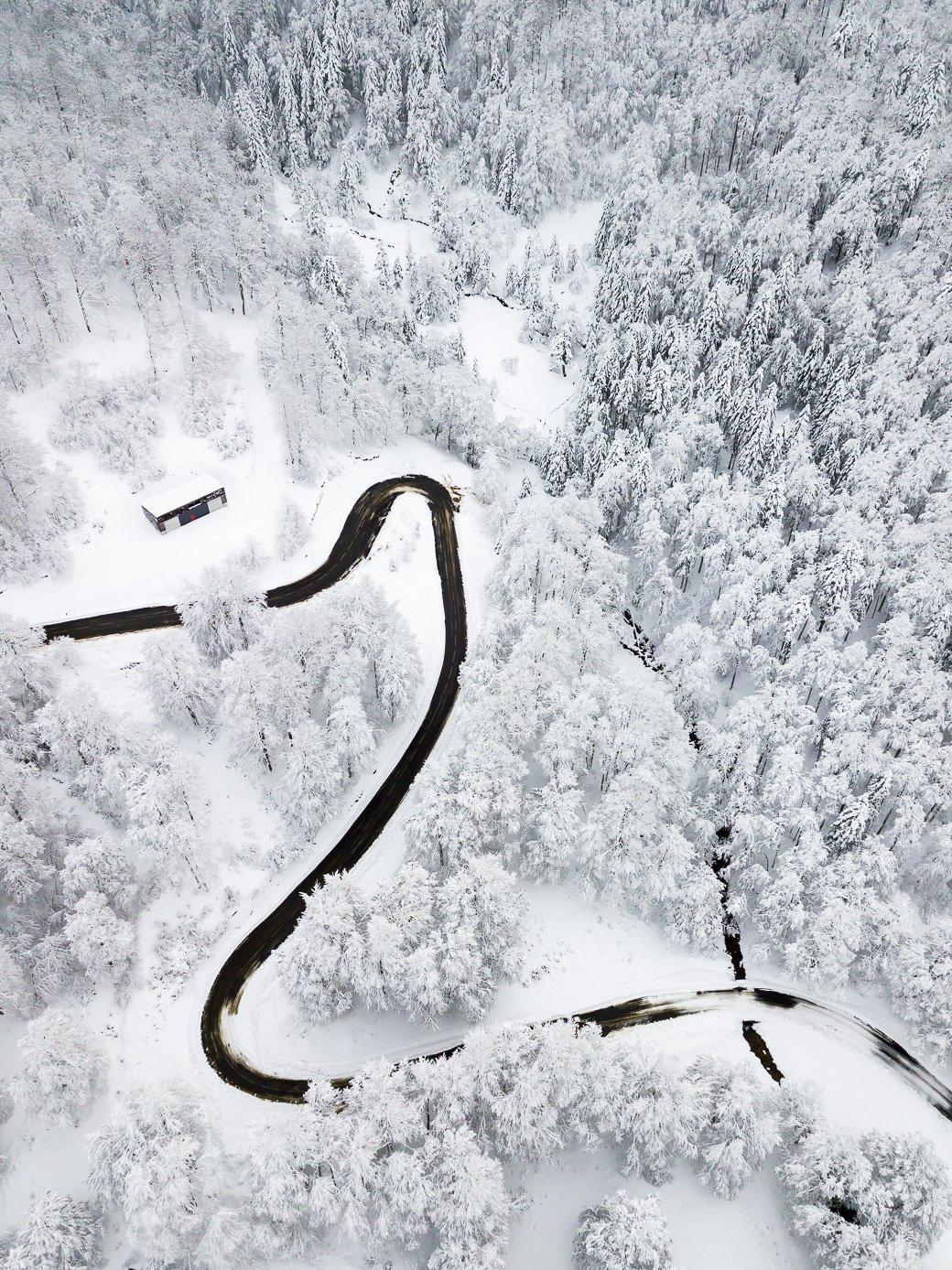 Vue sur une route enneigée Pyrénées