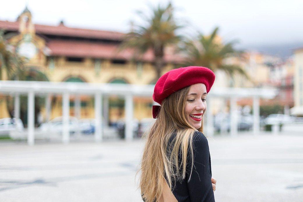 béret rouge cheveux longs