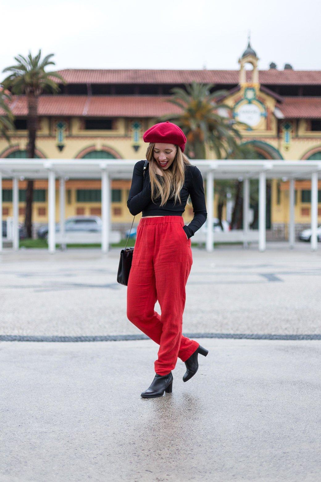 tenue avec béret rouge
