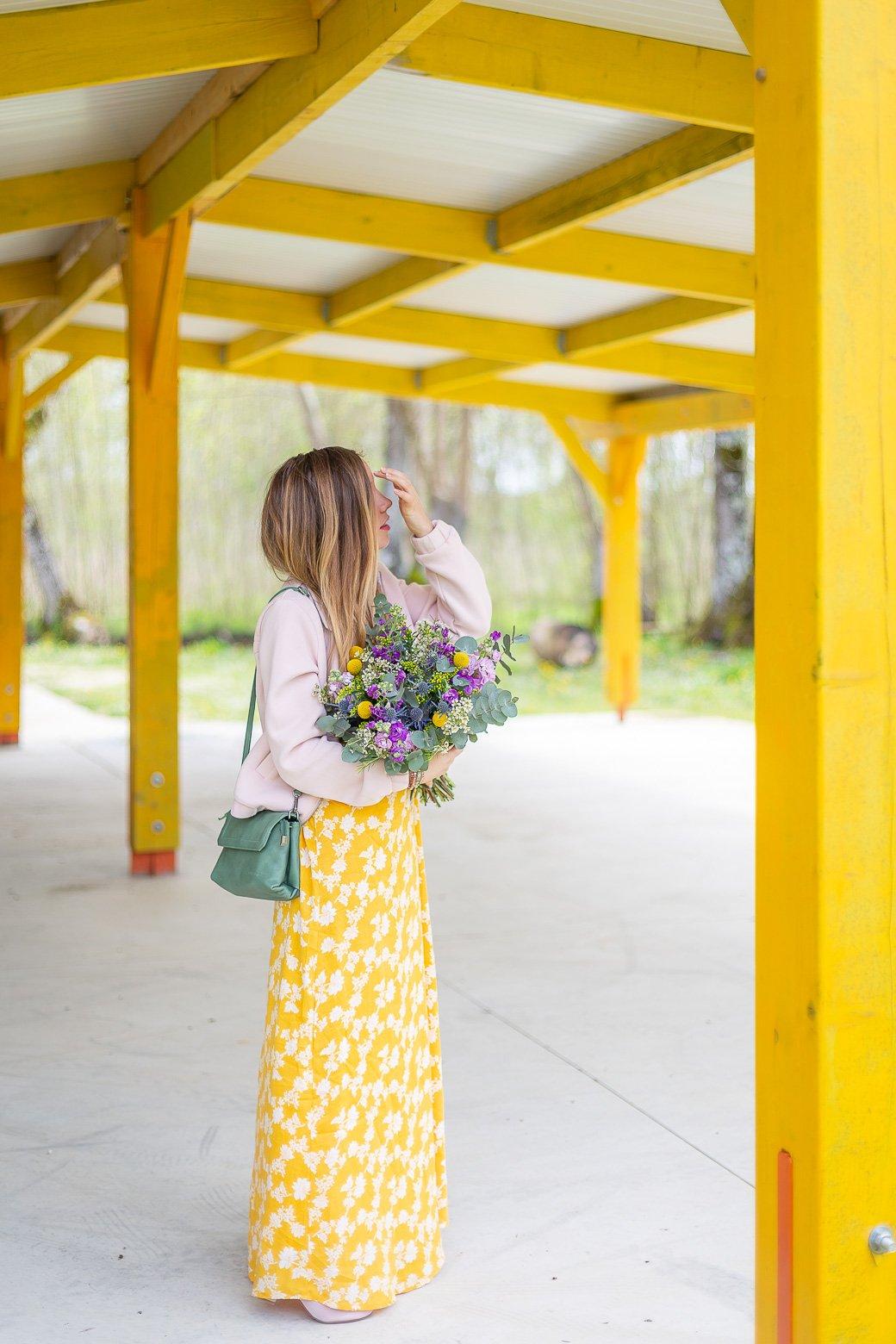 blog mode tenue avec bouquet fleurs