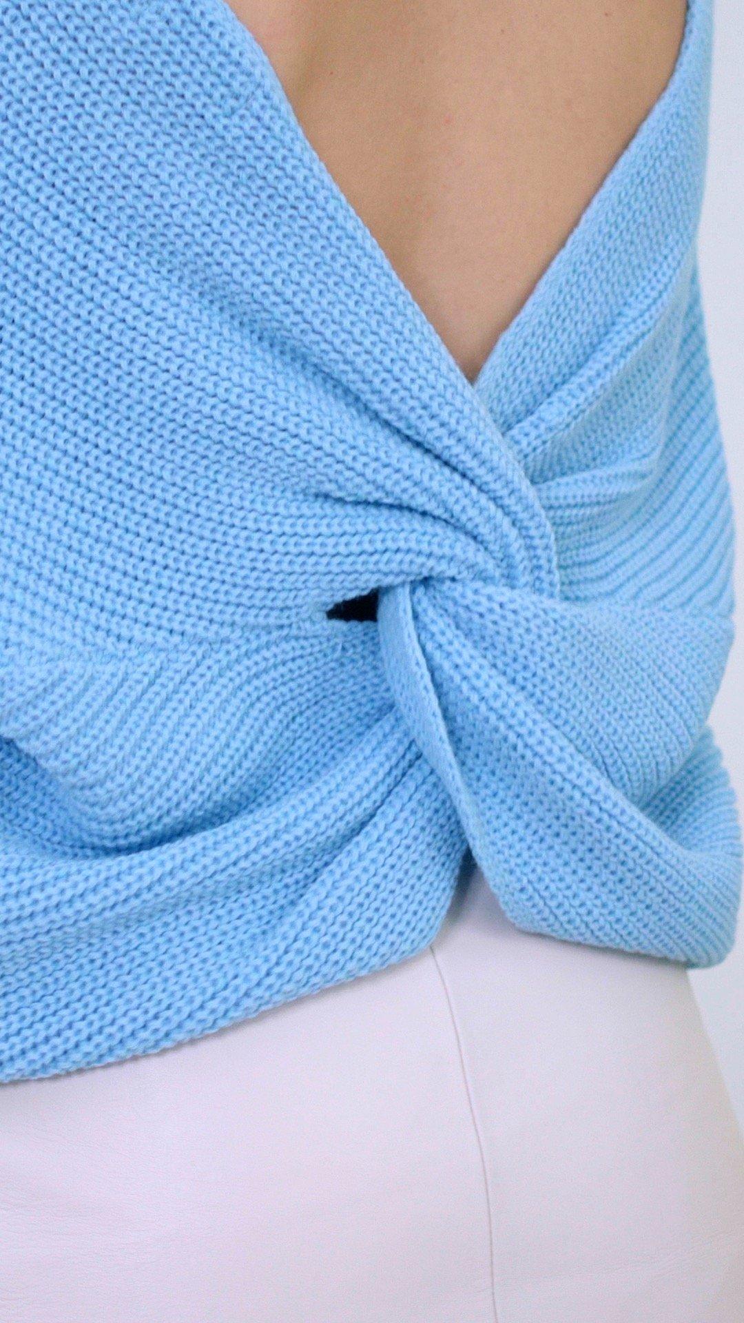 détail pull bleu noeud